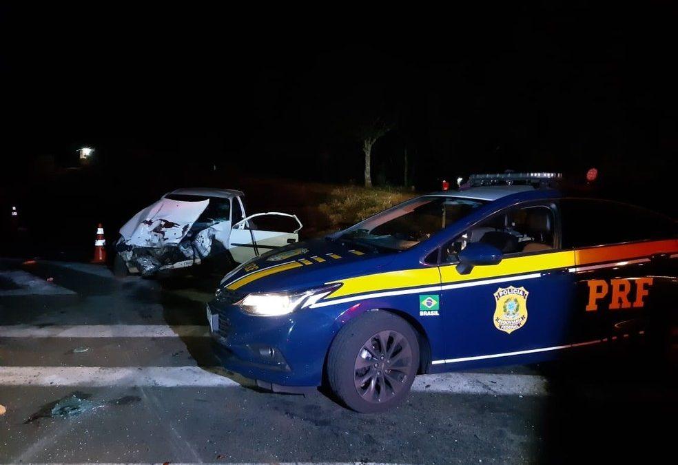 Duas pessoas morrem e outras duas ficam feridas após acidente entre carro e caminhão na BR-373
