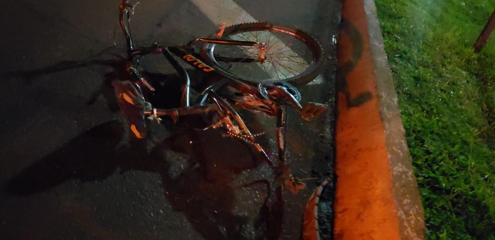 Adolescente fica gravemente ferido após batida entre bicicleta e picape, na BR-277