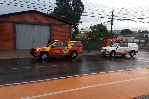 Acidente envolvendo moto e carro no Jardim Carvalho deixa vítima com ferimentos graves; veja imagens