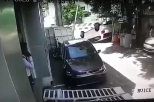Após comprar carro 0 km, motorista capota na saída da concessionária; veja o vídeo