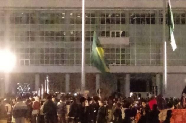 Jovem de 24 anos é indiciado pela polícia após rasgar bandeira do Brasil em manifestação em Curitiba