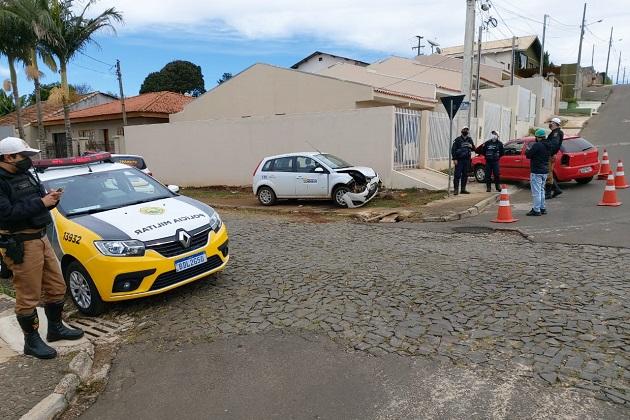 Acidente com carro da prefeitura de Ponta Grossa deixa motorista ferido