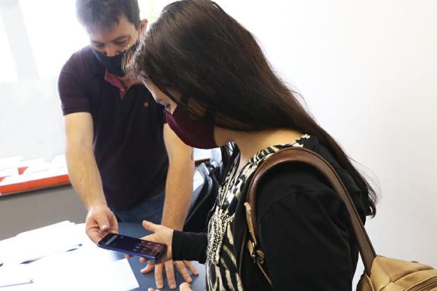 Alunos da UEPG recebem celulares e pacote de dados para assistir aulas remotas