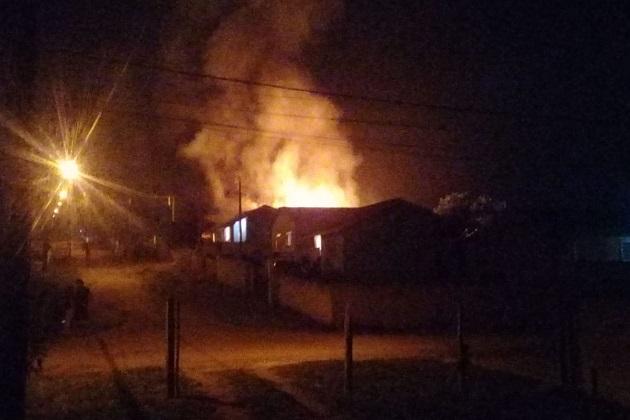 Vídeo: Incêndio deixa residência completamente destruída em PG