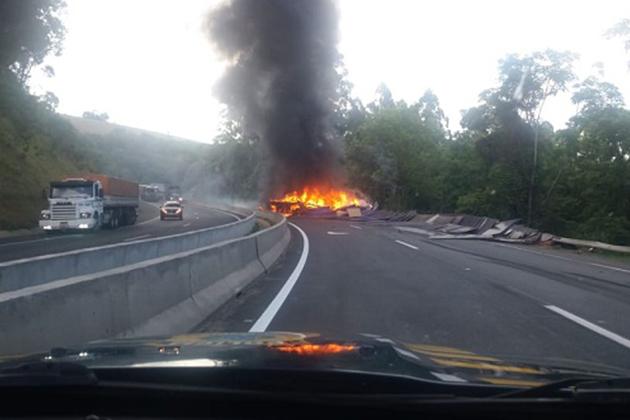 Caminhão pega fogo após tombar na BR-376