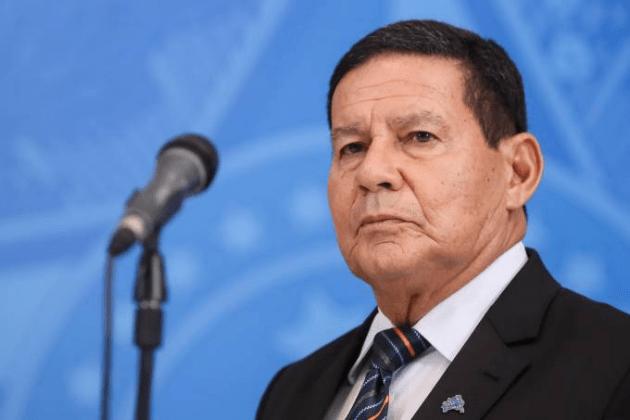 """Única solução para conter o avanço da COVID-19 no Brasil é """"vacinar todo mundo"""", afirma Mourão"""