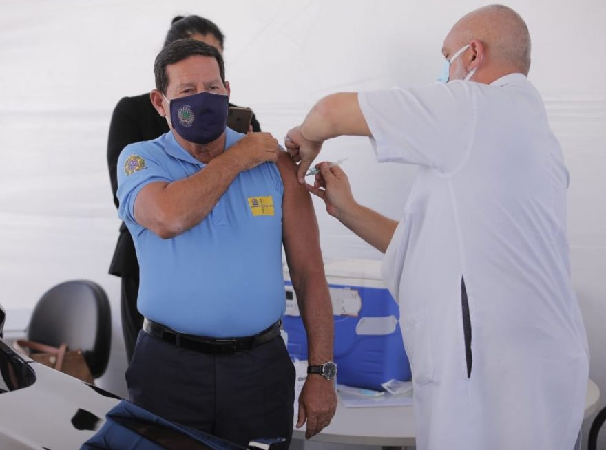 Vice-presidente Mourão recebe vacina contra COVID-19 em Brasília