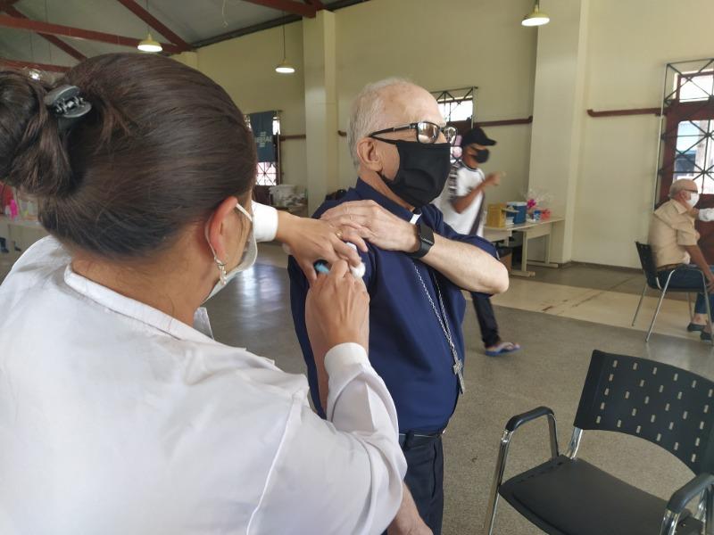 """""""Só com a vacina voltaremos a ter uma vida mais segura"""", diz Bispo de PG ao receber 2ª dose"""