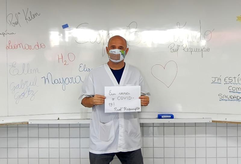 """Professor de PG vence a COVID e retorna às aulas: """"Vi gente morrer do meu lado"""""""