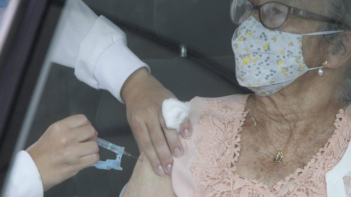 Estudo aponta queda de óbitos entre idosos e de surtos em instituições em função da vacinação