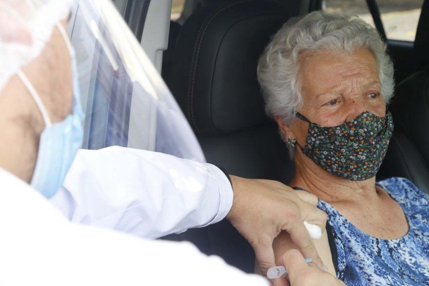 Idosos vacinados precisam manter uso da máscara e distanciamento, reforça campanha do Governo do PR