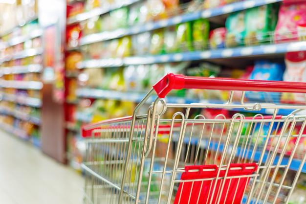 Mulher com teste positivo para COVID-19 é flagrada fazendo compras em supermercado no Paraná