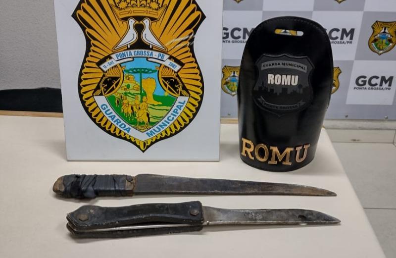 Armado de faca e facão, homem ameaça mulher e filhos em distrito de PG