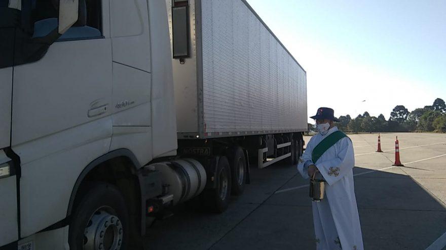 Motoristas recebem bênção na BR-277 no Dia de São Cristóvão