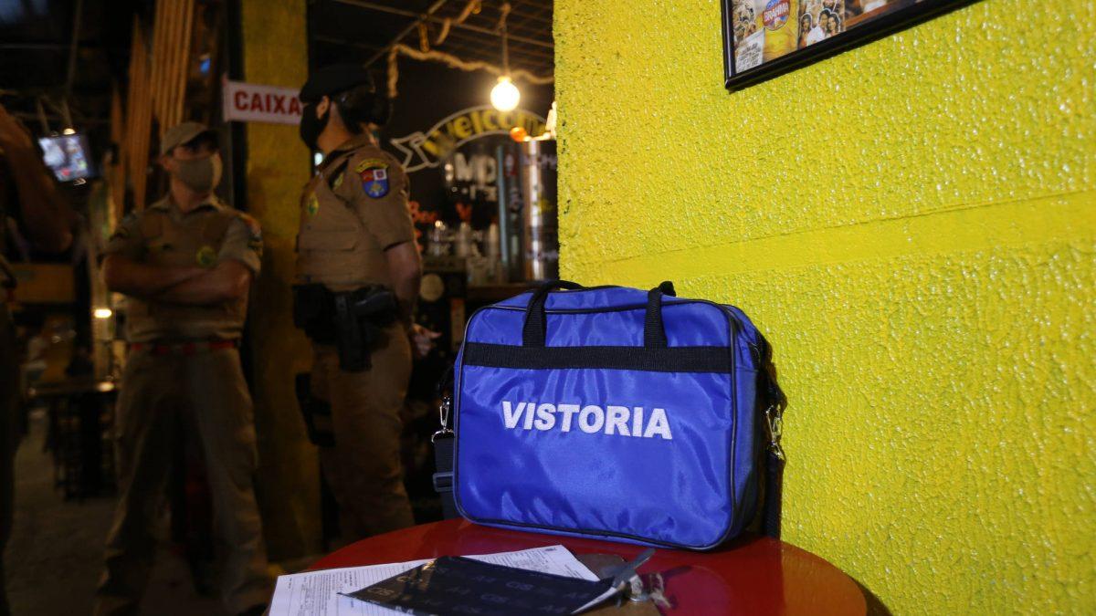 Fiscalização fecha pontos comerciais e dispersa mais de 800 pessoas em Curitiba