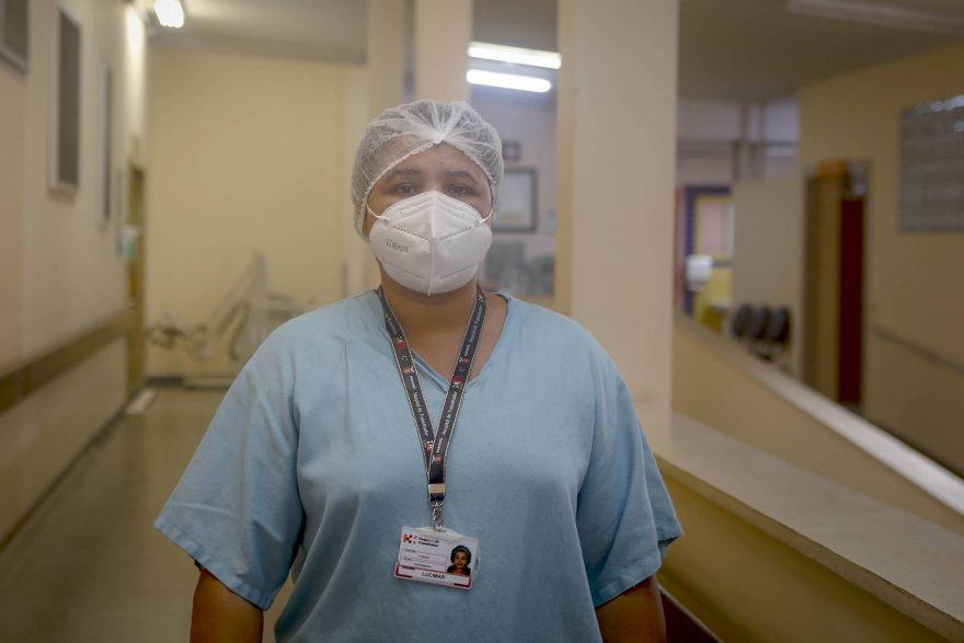 """""""Vacina protege, mas ainda não é hora de baixar a guarda"""", alerta primeira paranaense imunizada"""