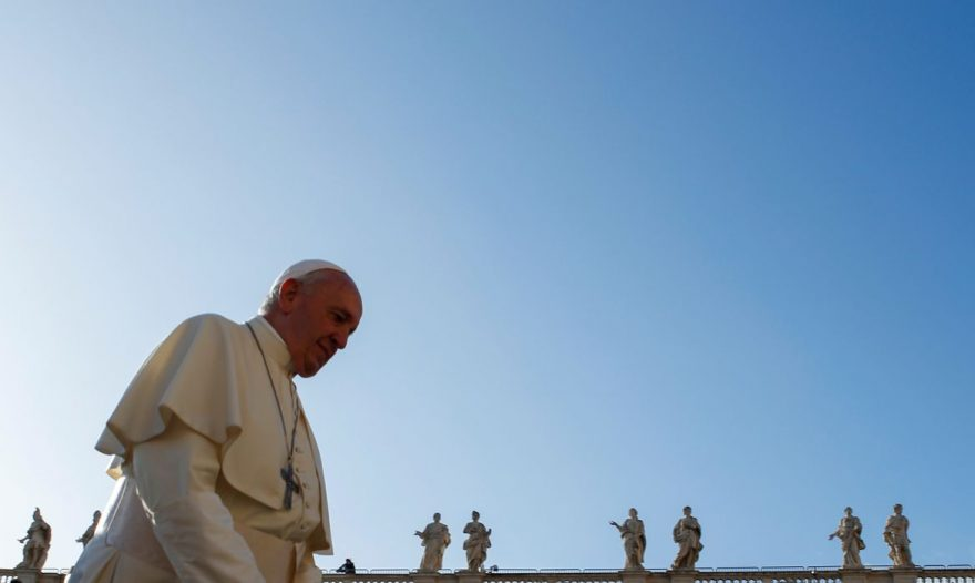 Papa Francisco passa bem após cirurgia para remover parte do cólon, diz Vaticano