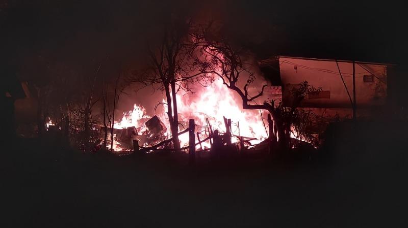 Cachorro morre em incêndio que destruiu casa nesta madrugada em PG