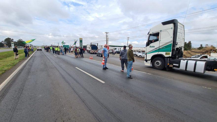 Saiba em quais pontos de rodovias do Paraná há interdições de manifestantes nesta quinta (9)