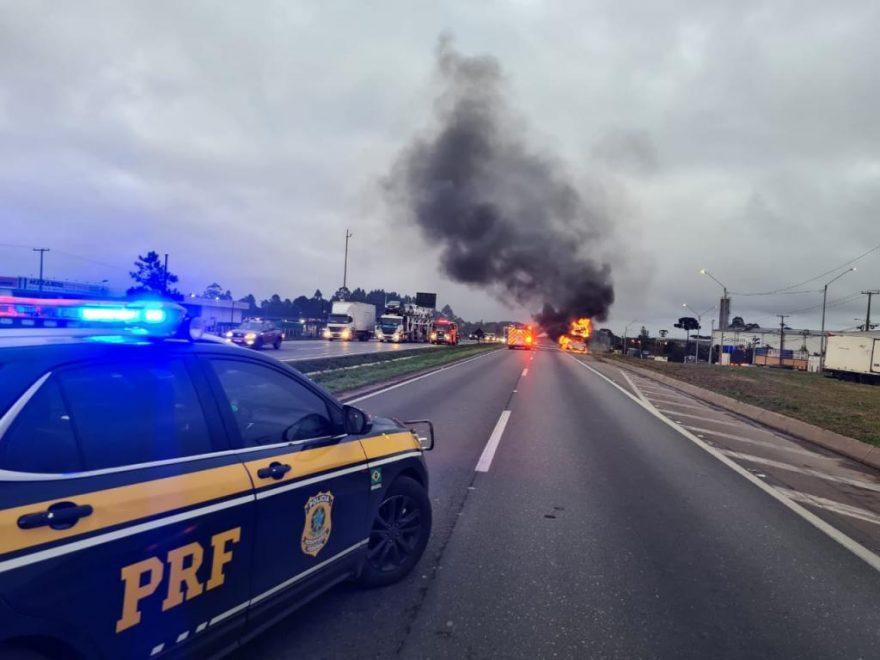 Caminhão-cegonha com oito veículos pega fogo e trecho de rodovia é interditado no Paraná