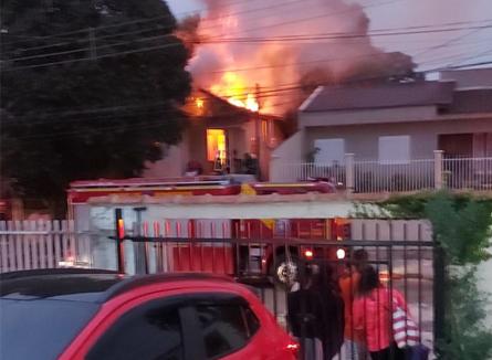 Mulher é resgatada de casa em chamas por policiais militares no Paraná