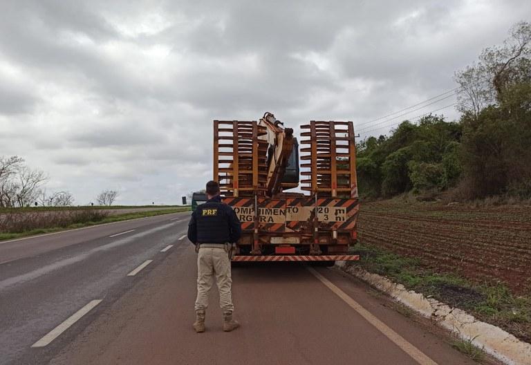 Transporte de escavadeira de 19 toneladas sem amarração é impedido pela PRF no Paraná