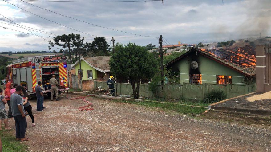 Mulher incendeia residência com a filha dentro e é detida em PG