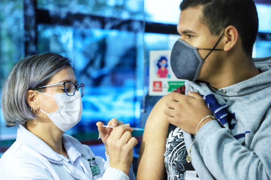 Paraná alcança 5,6 milhões de pessoas totalmente imunizadas contra COVID-19